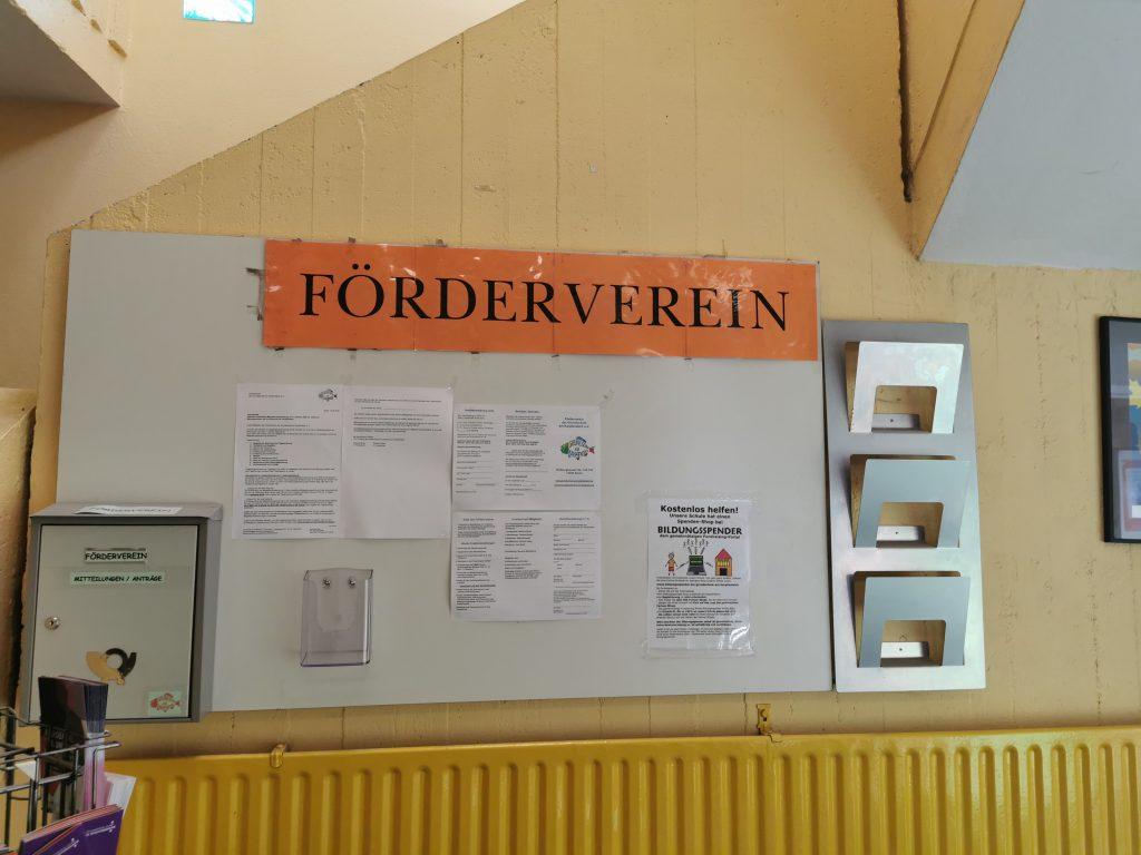 Briefkasten links neben Infotafel des Fördervereins