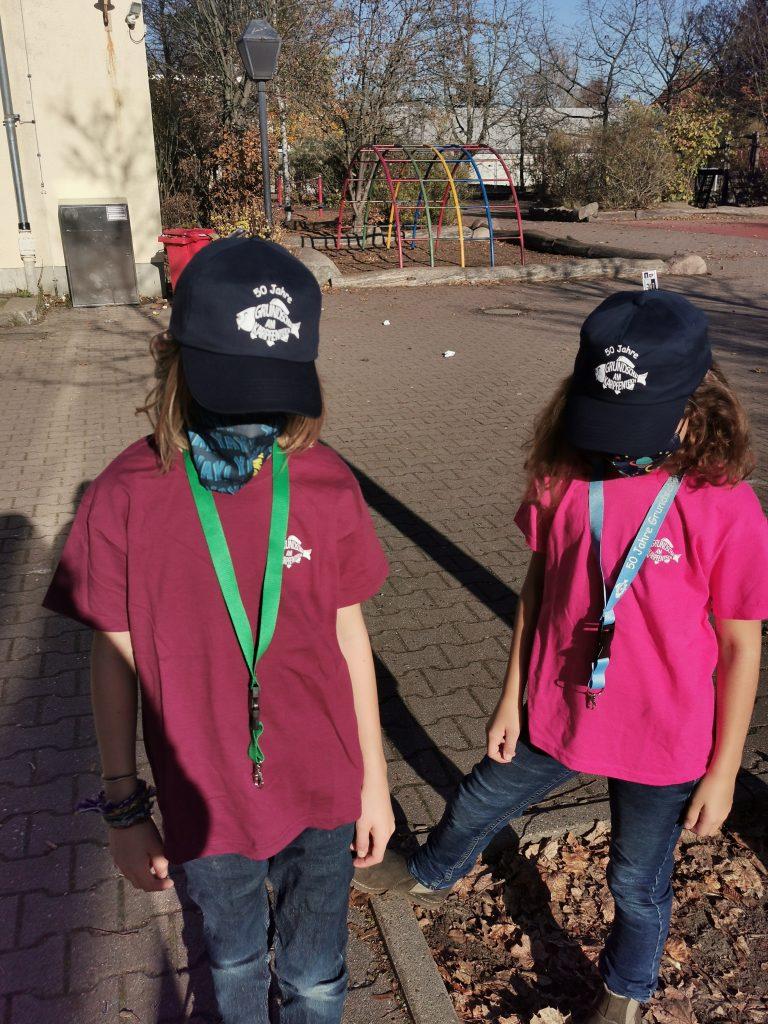 Zwei Kinder mit Schlüsselanhängern um den Hals