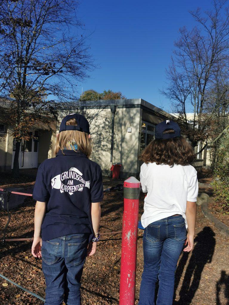 Zwei Kinder tragen Poloshirts-Rückansicht