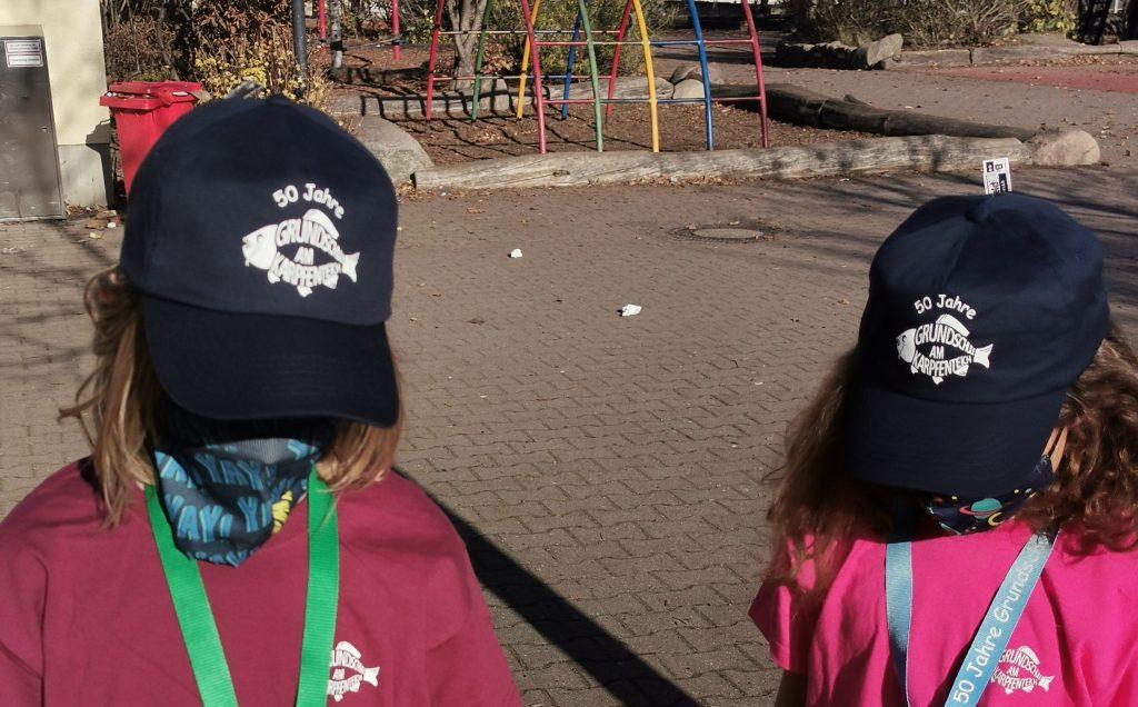 Zwei Kinder tragen Caps